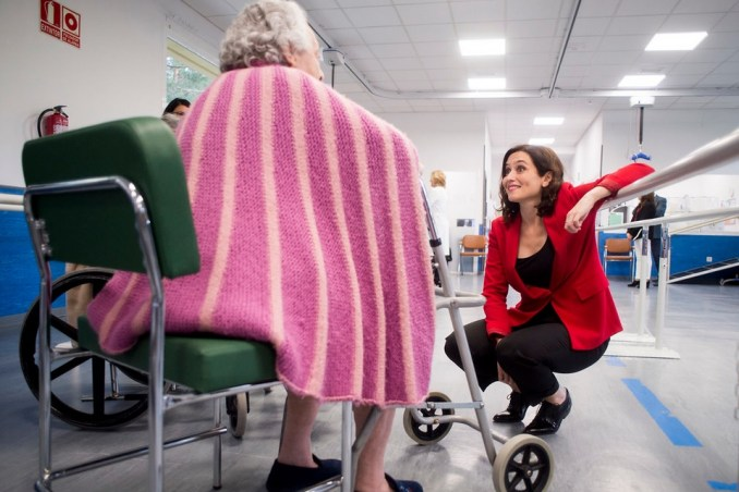 Ayuso visitando el Hospital de Fuenfría. Autor: PP Comunidad de Madrid, 15/04/2019. Fuente: Flickr (CC BY 2.0.)