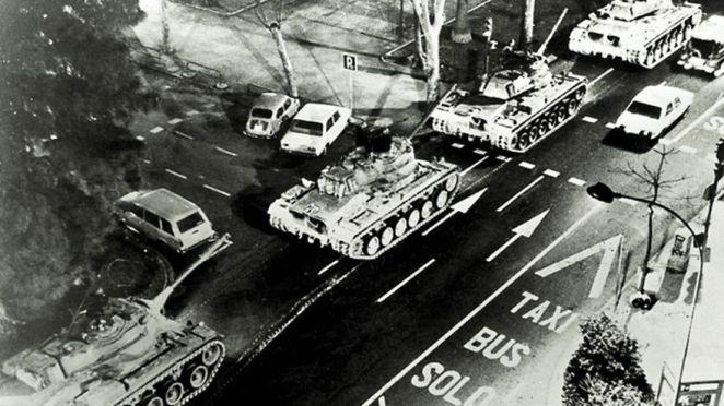 Los tanques en las calles de Valencia la noche del golpe de estado del 23F. Autor: Desconocido. Fuente: elDiario.es (CC BY-NC 2.0.)