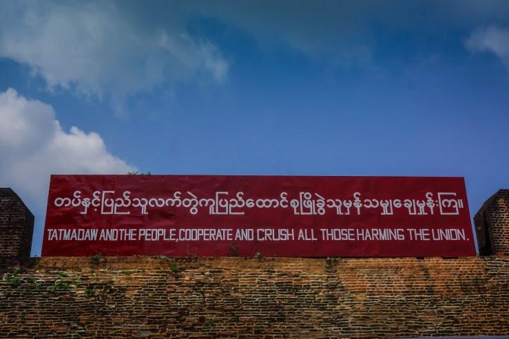 """Cartel de propaganda militar a la entrada del recinto del Palacio de Mandalay: """"Tatmadaw y la gente cooperan y aplastan a todos aquellos que dañan la unión"""". Autor: Kalyan Neelamraju , 20/10/2016. Fuente: Flickr. (CC BY-NC-SA 2.0). Myanmar"""