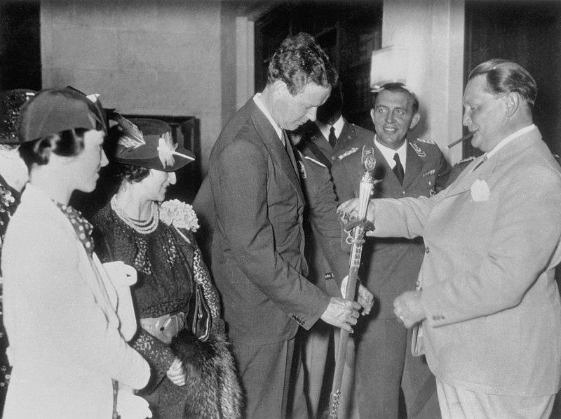 Hermann Goering donándole una medalla por los servicios prestado al Tercer Reich a Charles Lindbergh. Autor: Colección Herman Goering, 1936. Fuente: Wikimedia Commons, (NÚMERO DE REPRODUCCIÓN de la Biblioteca del Congreso: LC-USZ61-1362).