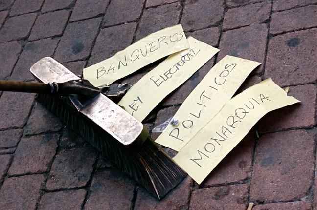 Fotografía artística sobre las reivindicaciones del 15M titulada 'Barriendo la mierda'. Autor: Gaelx. 21/05/2011. Fuente: Flickr (CC BY-SA 2.0)
