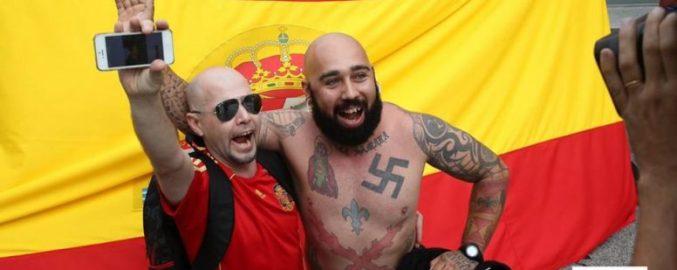 La extrema derecha aprovecha el funcionamiento de las redes sociales para difundir su discurso. En la imagen, dos hombres ultraderechistas. Autor: Oscar Carrasquer, 08/04/20. Fuente: Wikimedia Commons (CC BY-SA 4.0)