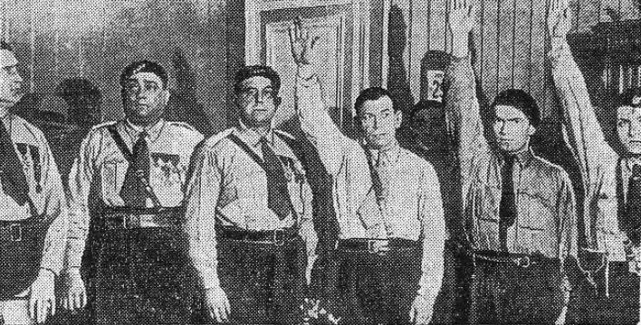 Marcel Bucard, dirigente de Le Francisme, posando junto a compañeros que realizan el saludo fascista.