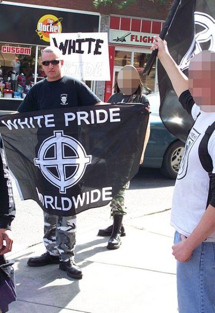 """Neonazi canadiense con la bandera """"Orgullo Blanco en todo el mundo"""" y la Cruz Celta. Autor: Thivierr, 25/08/2007. Fuente: Filckr (CC BY-SA 2.5)"""