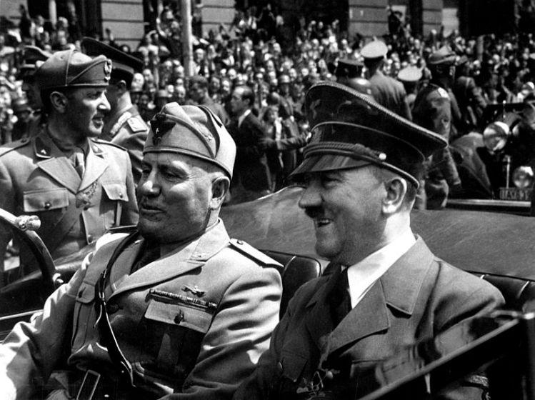 Benito Mussolini y Adolf Hitler en un coche. Autor: Eva Braun, 1940. Fuente: Wikimedia Commons