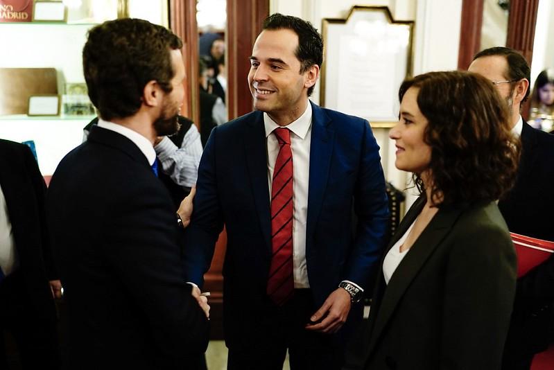 Díaz Ayuso con Pablo Casado e Ignacio Aguado. Autor: Comunidad de Madrid, 18/12/2019. Fuente: Flickr (CC BY-NC-SA 2.0)