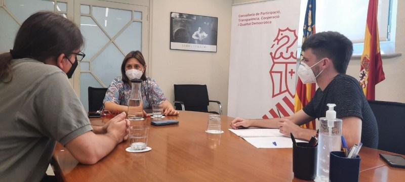 Adrián Juste, jefe de redacción de Al Descubierto, Rosa Pérez Garijo y Tomás Alfonso, colaborador de Al Descubierto. Autor: Generalitat Valenciana, 04/08/2021. Fuente: Twitter (Imagen cedida)