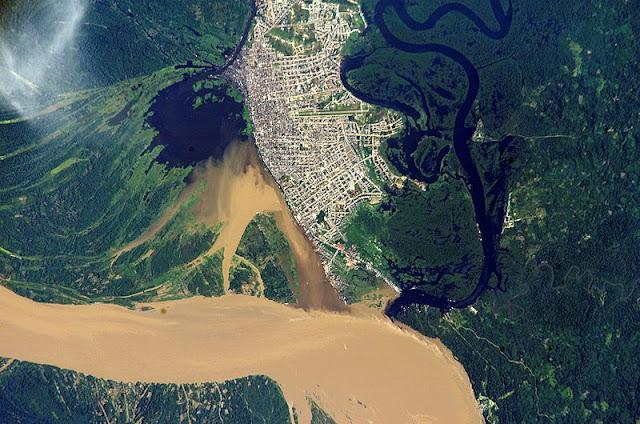 Vista aérea del área metropolitana de Iquitos en Perú, la ciudad más grande y poblada del mundo sin conexión terrestre a otra ciudad. Autor: NASA (2012). Fuente: Gateway to Astronaut Photography of Earth.