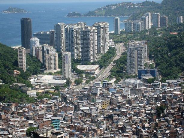 Favela Rocinha en Río de Janeiro colindado con un complejo de urbanizaciones. Autor: AHLN, 21/03/2008. Fuente: Flickr (CC BY 2.0).