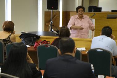 La ex Jueza de Apelaciones y profesora Carmen Ana Pesante Martínez ofrece capacitación a los jueces y juezas sobre el nuevo Código Penal.