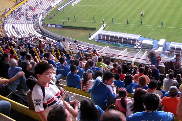 Responsabilidad del club de fútbol por daños sufridos, lesionado por un hincha mientras estaba en el estadio mirando un partido