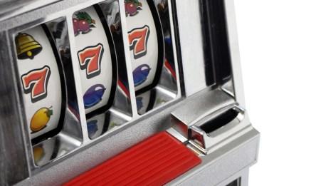 ¿Operas máquinas tragamonedas? Oriéntate con respecto a la Ley 77