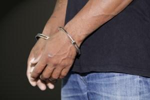 Hombres negros reciben sentencias más severas que hombres blancos, dice Comisión de Sentencias