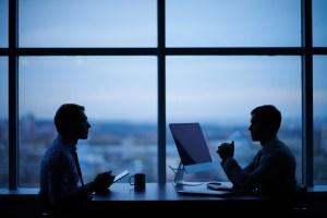 ¿Deben los abogados cobrar por la consulta inicial?