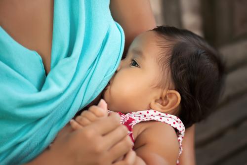 Censura a madre que lactaba a su bebé en público violenta la Primera Enmienda, según la ACLU
