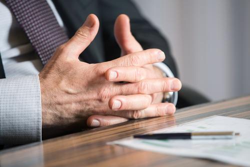 Comisión ética prohibirá relaciones intimas entre abogados y sus clientes