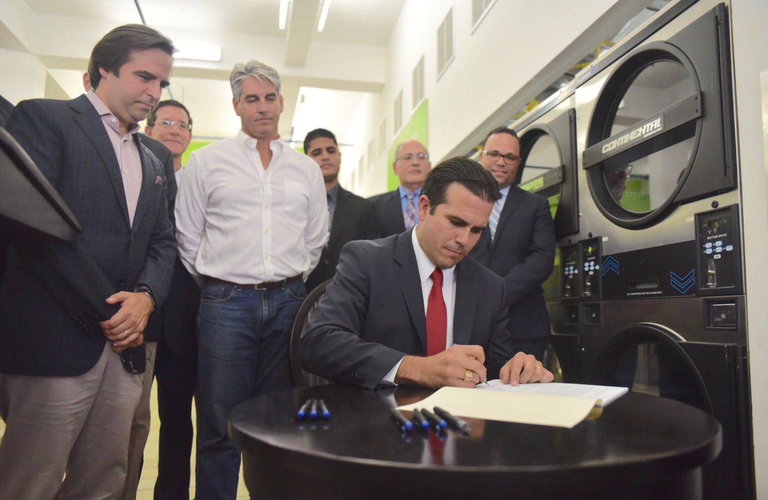 Gobernador firma la Ley de Transformación y Flexibilidad Laboral
