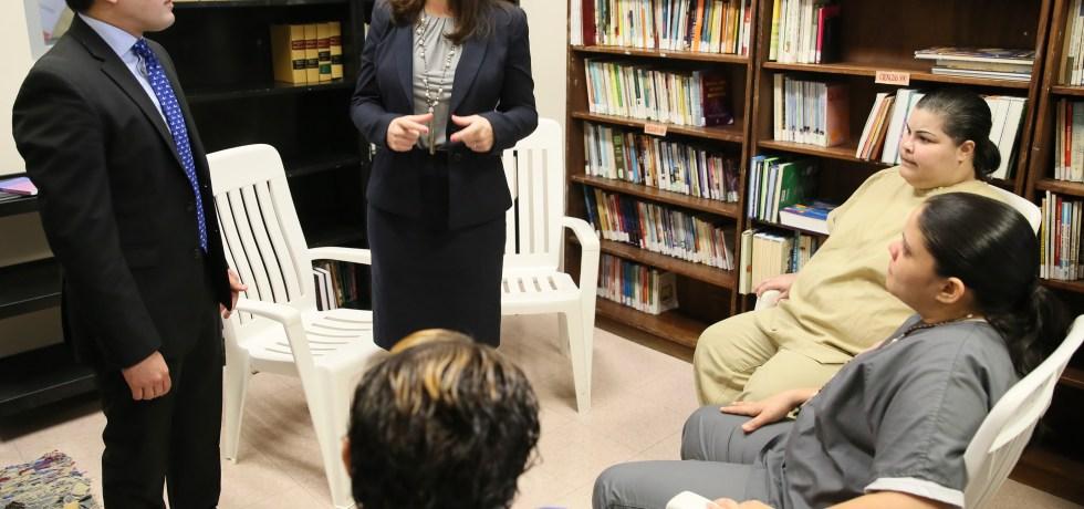 Jueza Presidenta del Supremo dona libros a confinadas del Centro de Rehabilitación de Mujeres