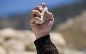 Lapidación-arrojar-la-piedra-300x189