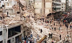 """****nacp2 NOTICIAS ARGENTINAS BAIRES, NOVIEMBRE 9: Fotografia de archivo del atentado a la AMIA ocurrido el 18 de Julio de 1994 en el que  murieron 85 personas.  El fiscal Alberto Nisman anunció esta tarde que """"se identificó al conductor suicida"""" que estrelló una camioneta cargada de explosivos contra el edificio de la Asociación Mutual Israelita Argentina (AMIA) en 1994. Foto: ARCHIVO NA.****"""