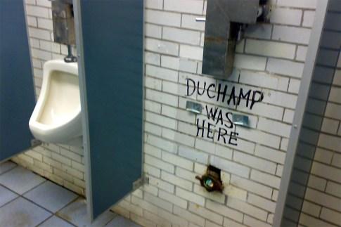 Broma sobre la fuente de Duchamp
