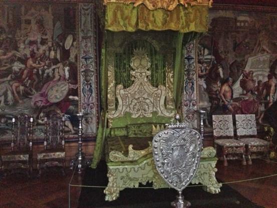 Før du går ind i Riddersalen kan de se et gigantisk maleri af Christian IV's kroning.  Her ser du hvordan København så ud på den tid, med for eksempel Børsen som man kan genkende fra i dag.  Du burde også få med dig audienssalen, og den smalle gang frem til denne. Jeg ville være meget imponeret og nervøs før min audiens.  I slotskirken kan man se familieskjoldene til de nyligt slåede riddere. Om sommeren er det flot at gå i Slotshaven, som er genskabet til hvordan den var i 1725 under Frederik den 4. Den lukker ret tidlig, så tjek åbningstiderne her for at se om det er åbent.  Det er ret tjekket at man kan downloade en lydguide til sin smartphone, eller låne en iPad når man går rundt. Du kan finde al information på hjemmesiden her.