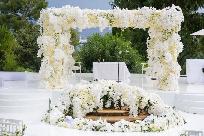 extravagant-floral-chuppah