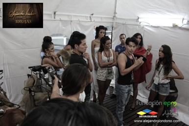 Alejandro Londoño instruyendo a modelos en camerico