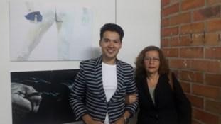 Alejandro Londoño con su madre en la exposición Boreal