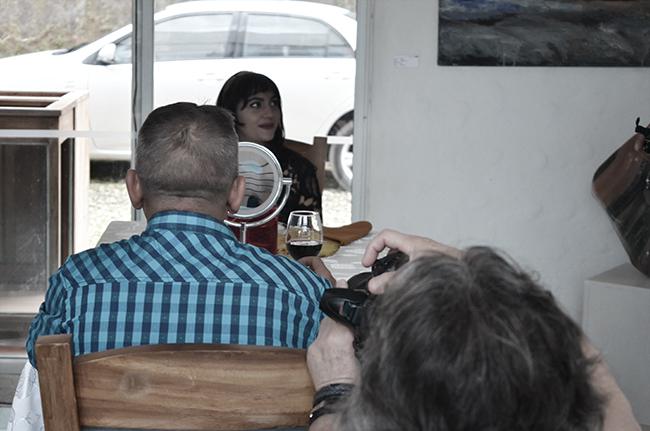 Asistentes interactuando con la instalación previa al performance de Alejandro Londoño