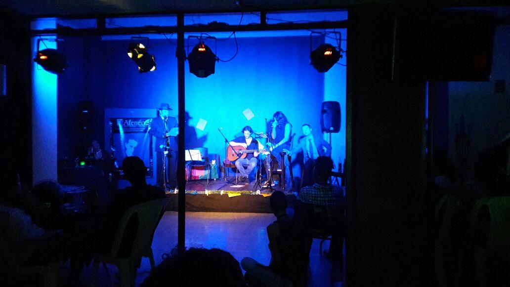 De queruza tango club y Alejandro Londoño en escenario