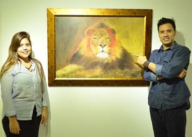 El matrimonio Colorado Torres, disfrutando de la obra de Alejandro Londoño