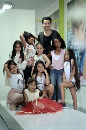 Alejandro Londoño con las niñas de Formato Kids
