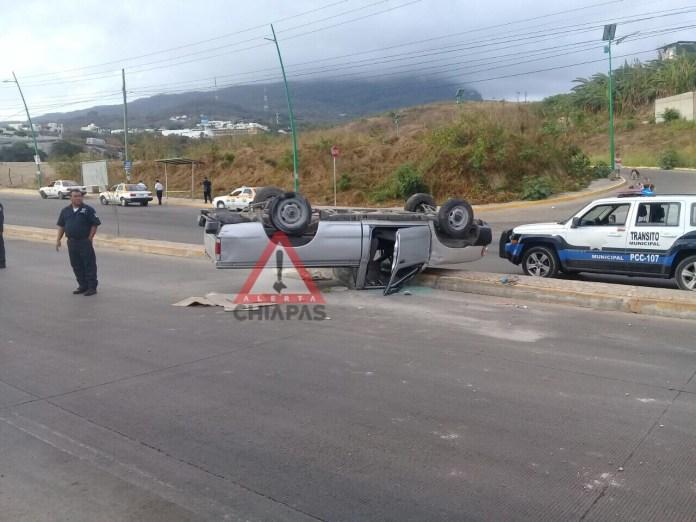 Vuelca y abandona su vehículo, libramiento sur #Tuxtla img 9173