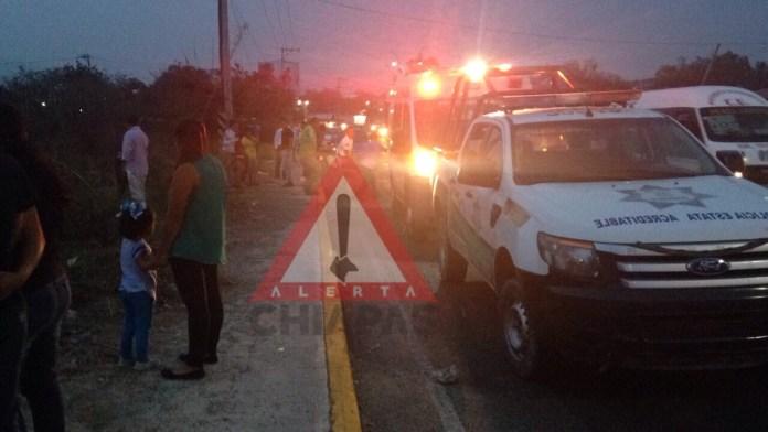 Vehículo se vuelva sobre carretera Emiliano Zapata img 1295