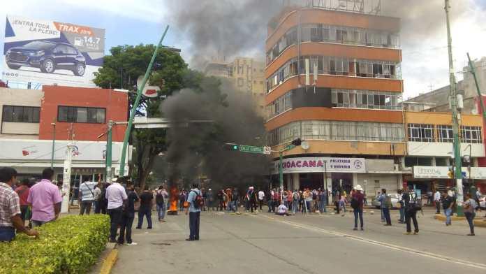 Docentes idóneos bloquean avenida central y queman llantas WhatsApp Image 2018 10 09 at 3.19.43 PM 2