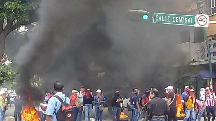 Docentes idóneos bloquean avenida central y queman llantas WhatsApp Image 2018 10 09 at 3.19.44 PM