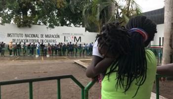 México frena paso de migrantes en la frontera sur y militariza centros de control