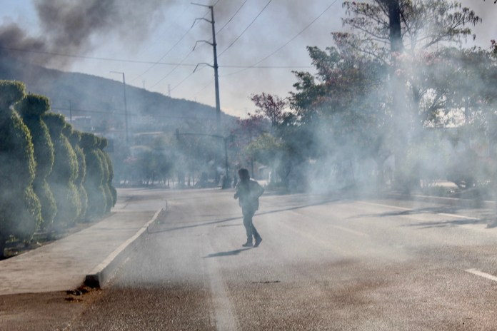 Desalojan policías con gases a padres de 43 de Ayotzinapa en Chiapas IMG 4837