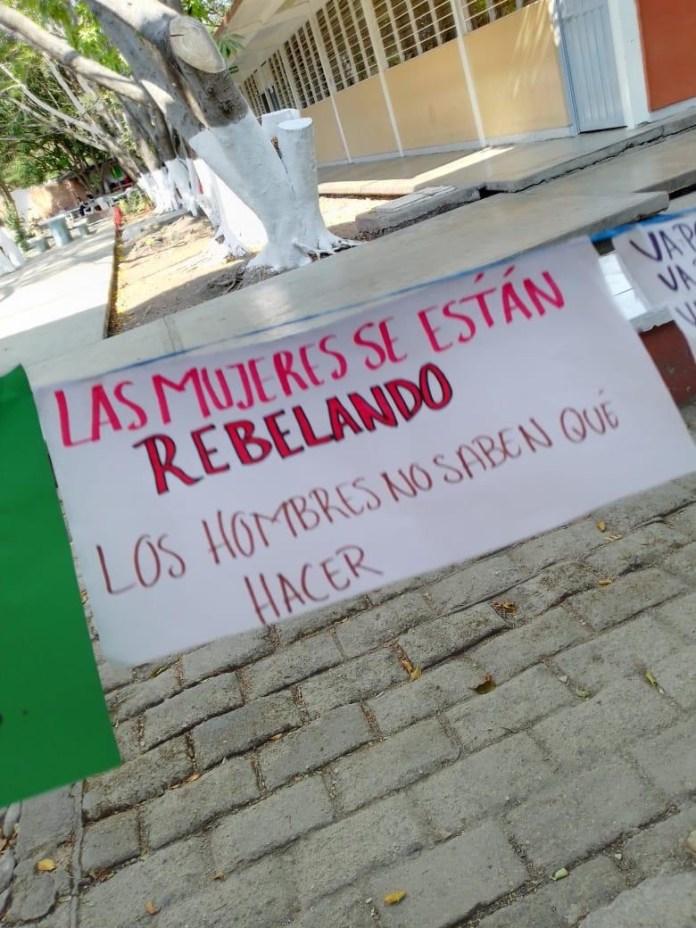 """Realizan """"Tendedero del Acoso"""" en Preparatoria 2, directivos tratan de ocultarlo. a6fbf1c6 237c 4bd1 b2f0 9bb418fa70bf"""
