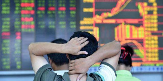 (150702) -- HAIKOU, July 2, 2015 (Xinhua) -- An investor looks through stock information at a trading hall in a securities firm in Haikou, capital of south China's Hainan Province, July 2, 2015. Chinese stocks continued to plunged on Thursday, with the benchmark Shanghai Composite Index dived 3.48 percent to finish at 3912.77 points. The Shenzhen Component Index dropped 5.32 percent to close at 12924.19 points. (Xinhua/Zhao Yingquan) (lfj)
