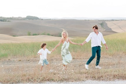 Tuscany countryside offers many breathtaking spot to take beautiful family pictures.