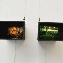 """""""Black boxes"""", bois, photographies, peinture, lumière, 2014"""