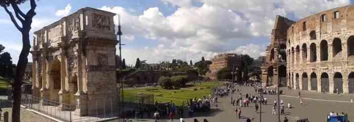Arco Constantino en el Anfiteatro Romano