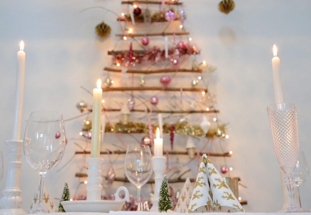 kerstboom met roze ballen