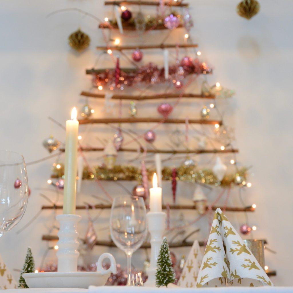 Kersttafel en roze kerstboom