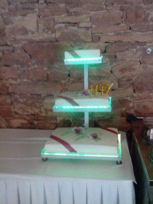 Hochzeitstorte 3-stöckig im eigens angefertigten LED-Tortenständer