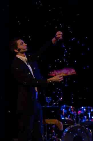 Alex magicien spectacle de magie cabaret Kremlin-Bicêtre 94