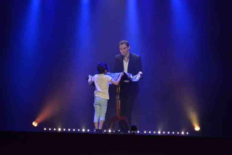 Alex le magicien magicien 95 spectacle de magie 95 val d 39 oise - Tour de magie table volante ...