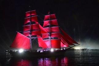 Scharlachrote Segel in St. Petersburg auf der Newa